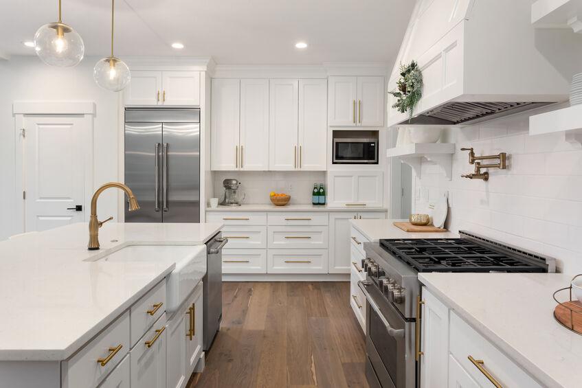 Custom range and ventilation system in modern kitchen